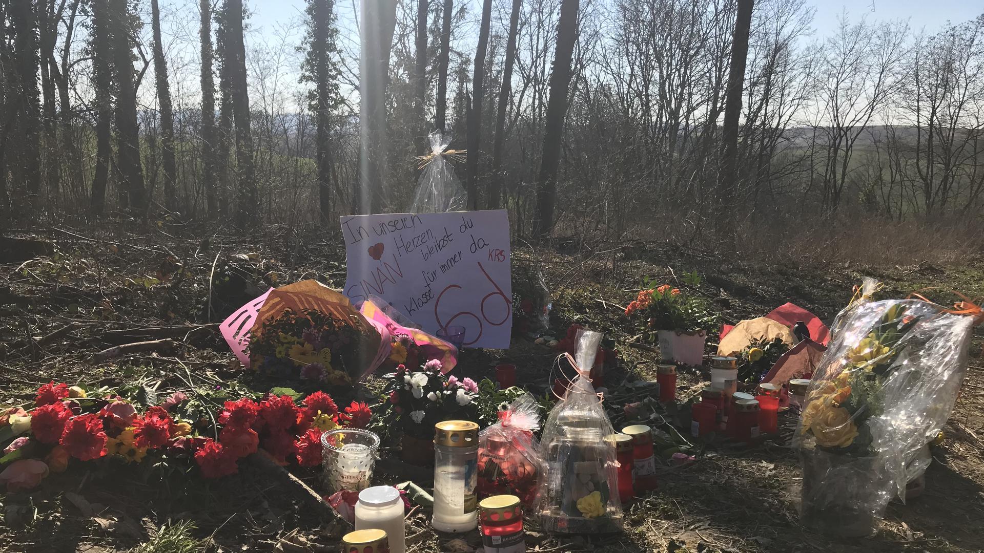 """Mitschüler von Sinan T. hinterließen am mutmaßlichen Tatort ein Plakat: """"In unserem Herzen bleibst du für immer da."""""""
