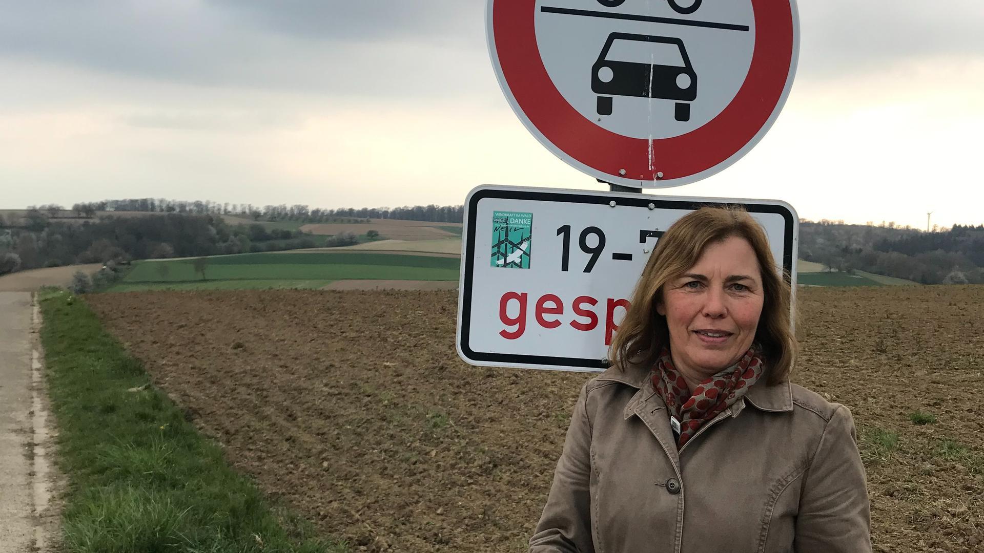 """Susanne Görner engagiert sich bei der Weingartener """"Gegenwind""""-Ortsgruppe. Sie warnt, dass unter anderem der Artenschutz verletzt werde, wenn auf der Fläche hinter ihr Windkraft-Anlagen angebracht werden."""