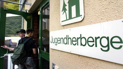 Jugendliche gehen in eine Freiburger Jugendherberge (Archivfoto vom 12.06.2003). Angesichts wachsender Konkurrenz von Billighotels und steigender Ansprüche der Gäste setzen die Jugendherbergen im Südwesten auf ein neues Erscheinungsbild. Auch mit speziellen Angeboten für Jugendgruppen und für Familien wolle man den Trend rückläufiger Übernachtungszahlen stoppen, sagte der Geschäftsführer des Jugendherbergsverbandes Baden-Württemberg, Rosner, in einem dpa-Gespräch. Die wichtigsten Häuser werden für viel Geld saniert, besonders umssatzschwache geschlossen. Foto: Patrick Seeger dpa/lsw (zu dpa/lsw-Thema des Tages vom 08.12.2005) +++(c) dpa - Bildfunk+++