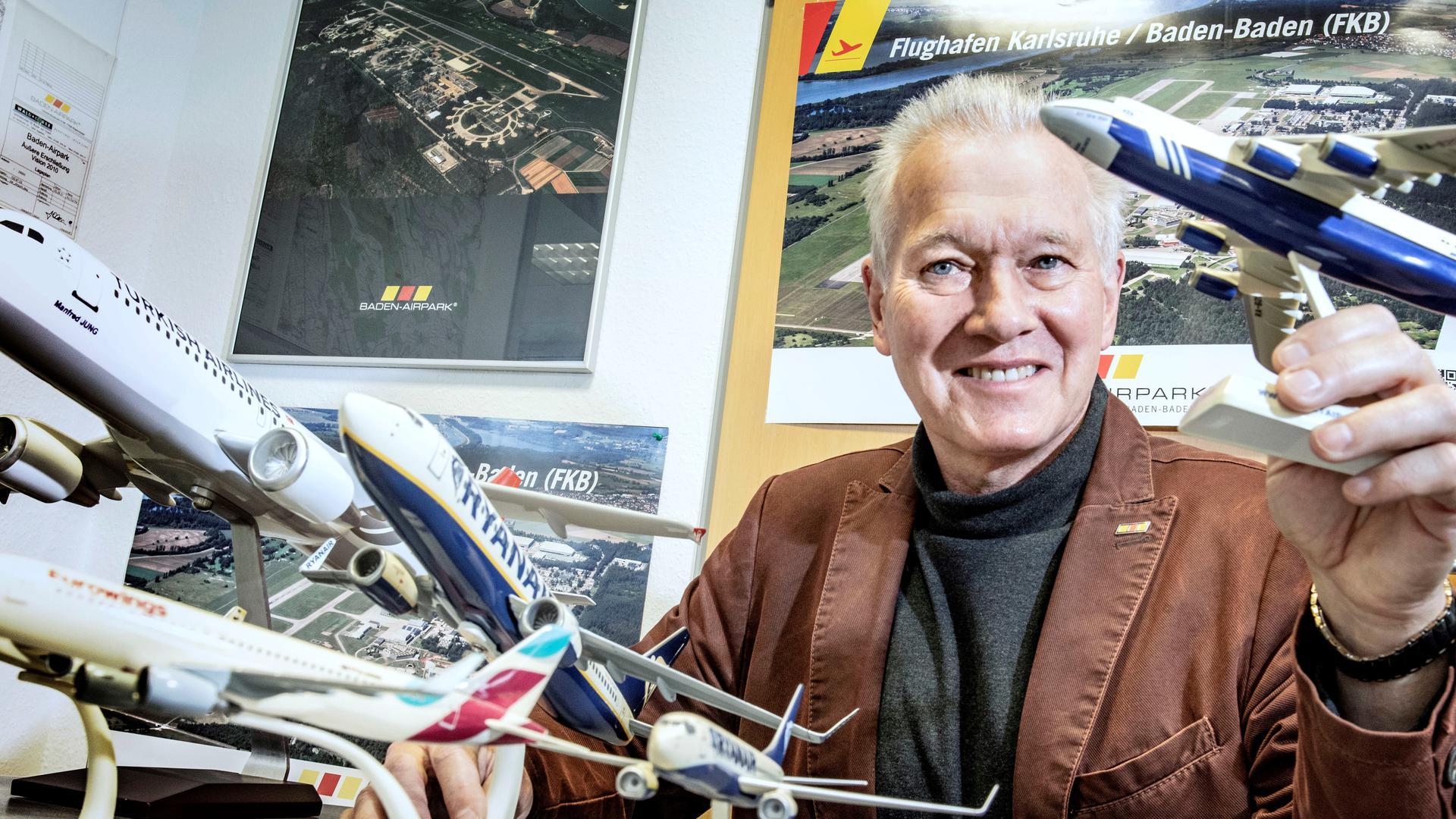 Manfred Jung, Chef des Baden-Airports, mit der Modellflieger-Sammlung in seinem Büro.