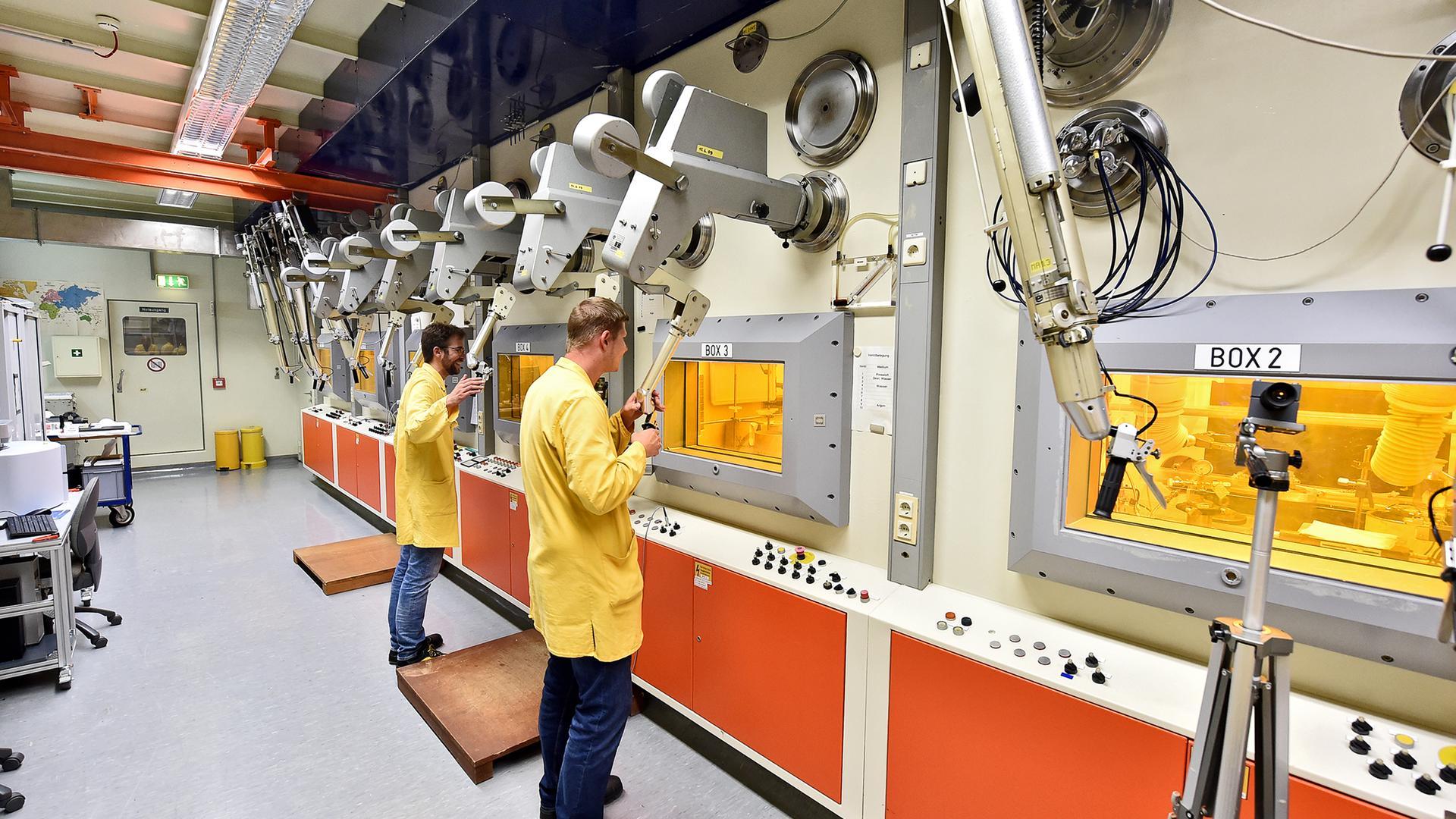 """Experimente am hochradioaktiven Atommüll: In den abgeschirmten """"Heißen Zellen"""" des Instituts für Nukleare Entsorgung des KIT in Eggenstein-Leopoldshafen untersuchen die Wissenschaftler die Auswirkungen der Strahlung auf verschiedene Substanzen."""