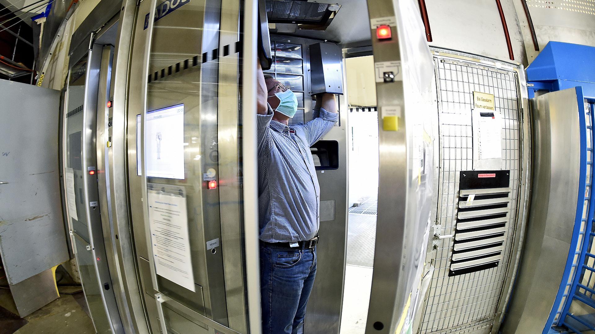 Jeder Besucher und jeder Mitarbeiter der KTE, der mit dem Rückbau der früheren nuklearen Großanlagen beschäftigt ist, muss beim Verlassen des Sicherheitsbereichs in einer speziellen Schleuse auf Radioaktivität kontrolliert werden.