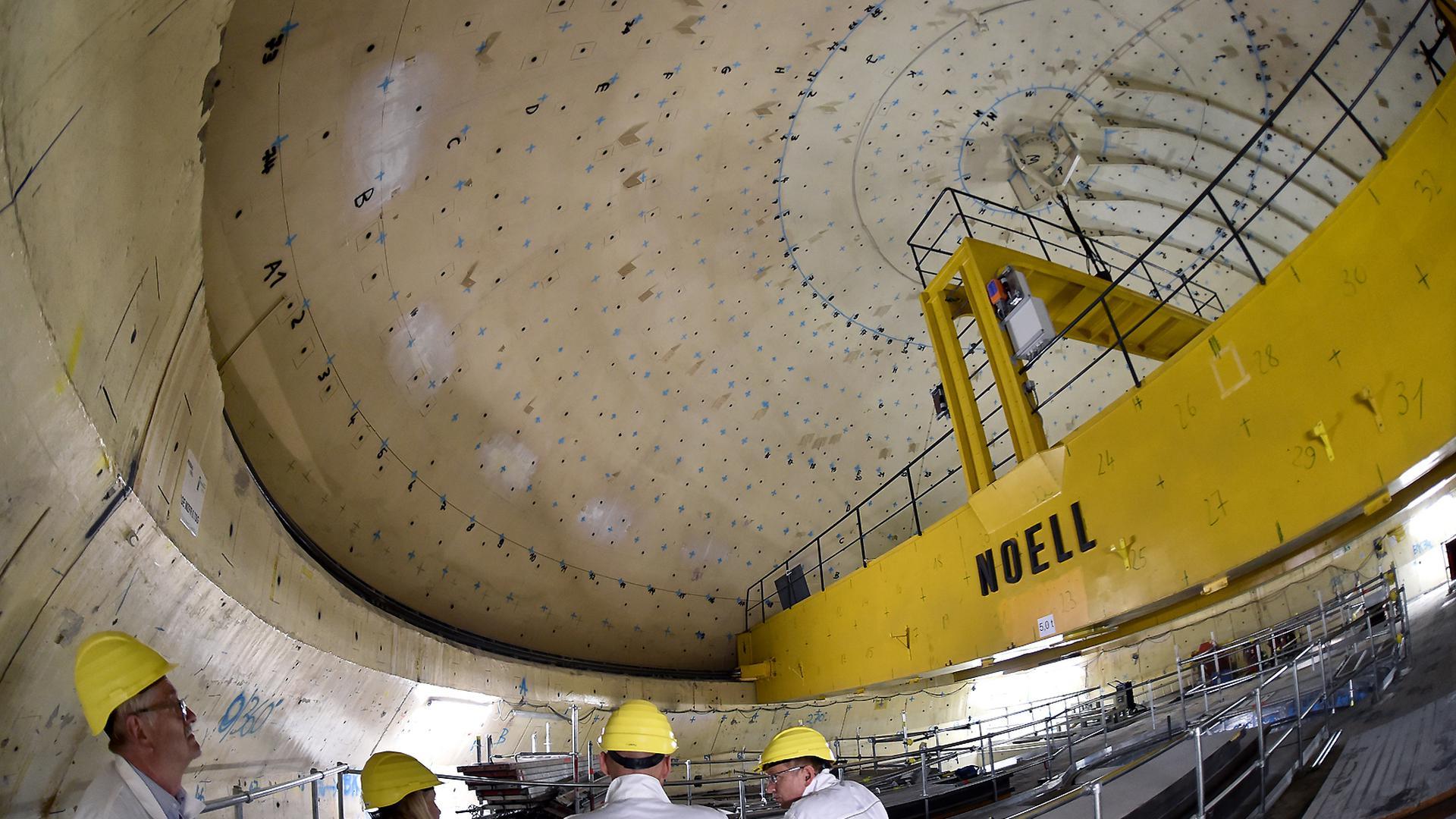 """Im Kern des früheren Mehrzweckforschungsreaktors MZFR in Eggenstein-Leopoldshafen. Das Kuppeldach der Anlage soll etwa 2022 abgenommen werden. Blaue Markierungen an Kuppel und Wänden zeigen an, dass die jeweiligen Abschnitte """"freigemessen"""" wurden, also nicht länger radioaktiv sind."""