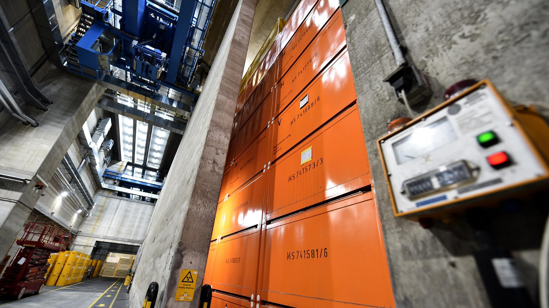 Eng gestapelte Container mit Atomfässern im Zwischenlager der KTE. Das Unternehmen weiß nach eigenen Angaben genau, welche Art von Abfall sich in jedem Fass und in jedem Container befindet.