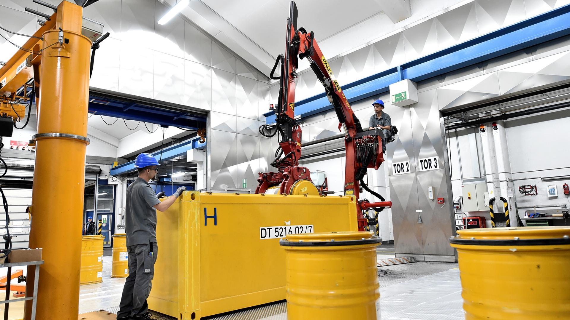 Bei der KTE wird aus Sicherheitsgründen jedes Fass mit Atommüll regelmäßig aus dem Container herausgeholt und kontrolliert, ob Korrosionsspuren zu sehen sind. Rostende Fässer werden teils umgefüllt, teils in größere, neue Fässer gestellt.