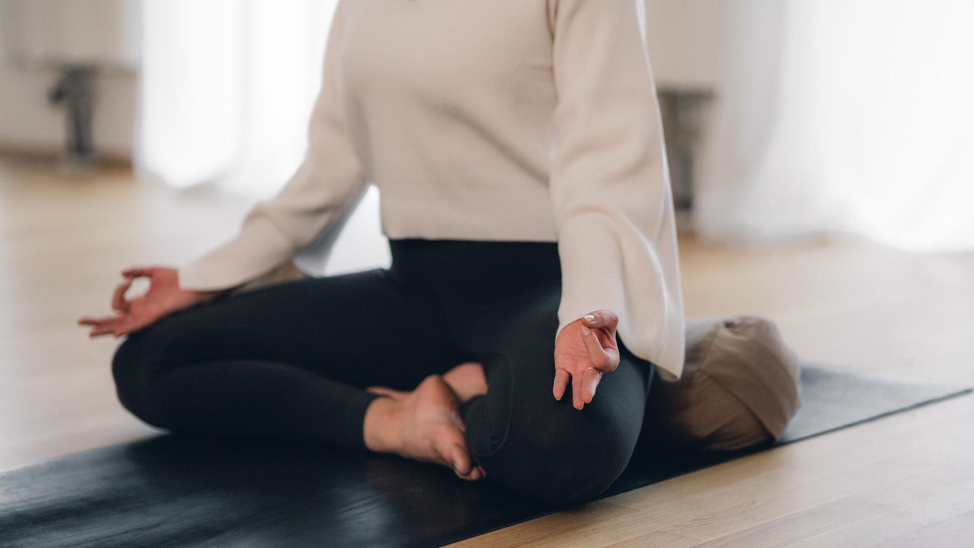 Frau macht Yoga.