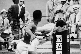 ARCHIV - Der deutsche 400-m-Läufer Carl Kaufmann (r) und der farbige US-Amerikaner Otis Davis liefern sich bei den Leichtathletik-Wettbewerben der Olympischen Sommerspiele in Rom am 6.9.1960 im Olympiastadion ein packendes Finish im Finale über die Stadionrunde. Beide Läufer stürzen ins Ziel und erzielen mit 44,9 s einen neuen Weltrekord, aber Davis wird nach einem Zielfotoentscheid auf Platz eins gesetzt und gewinnt die Goldmedaille vor Kaufmann (Archivfoto vom 06.09.1960). Der frühere Weltklassesprinter Carl Kaufmann ist tot. Wie die Leichtathletik-Abteilung des Karlsruher SC am Dienstag mitteilte, starb der zweimalige Olympia-Zweite am Montag nach kurzer, schwerer Krankheit im Alter von 72 Jahren. Neben seinen beiden Silbermedaillen bei den Sommerspielen 1960 in Rom hatte das KSC-Ehrenmitglied zwischen 1958 und 1960 auch dreimal die deutsche Meisterschaft über 400 Meter gewonnen. Foto: dpa +++ dpa-Bildfunk +++