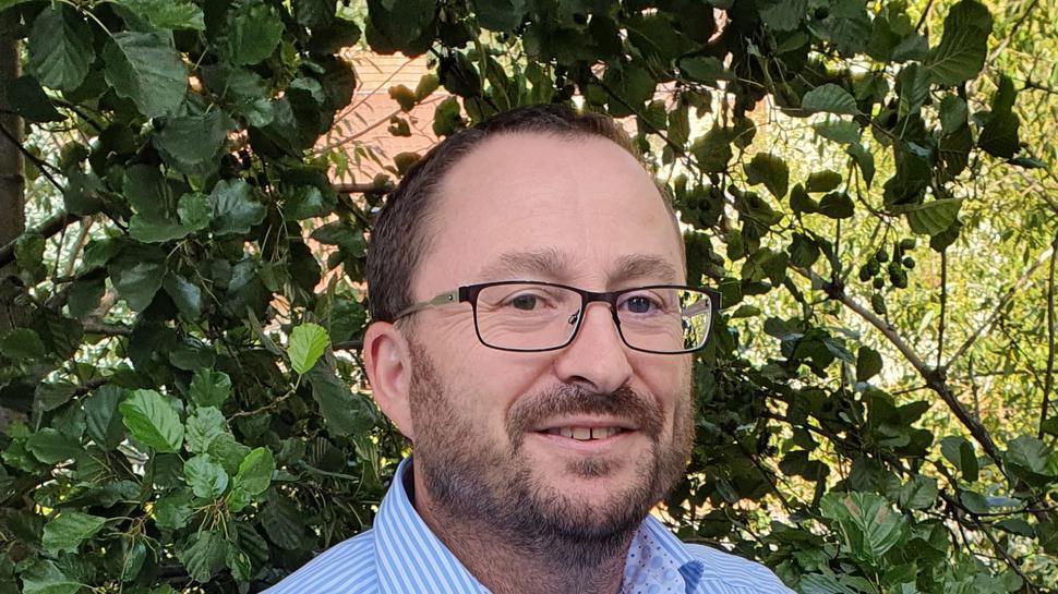 Klaus Straub aus Lauf hat beim BNN-Sommerrätsel gewonnen. Er hat dunkles, kurzes Haar und trägt eine Brille und ein blau-weiß-gestreiftes, kurzärmeliges Hemd.