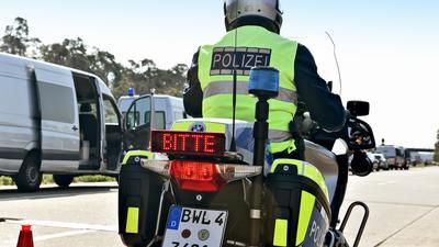 Ein Polizist sitzt auf einem Motorrad.