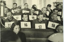 Helga Stödter sitzt vor der Anklagebank.