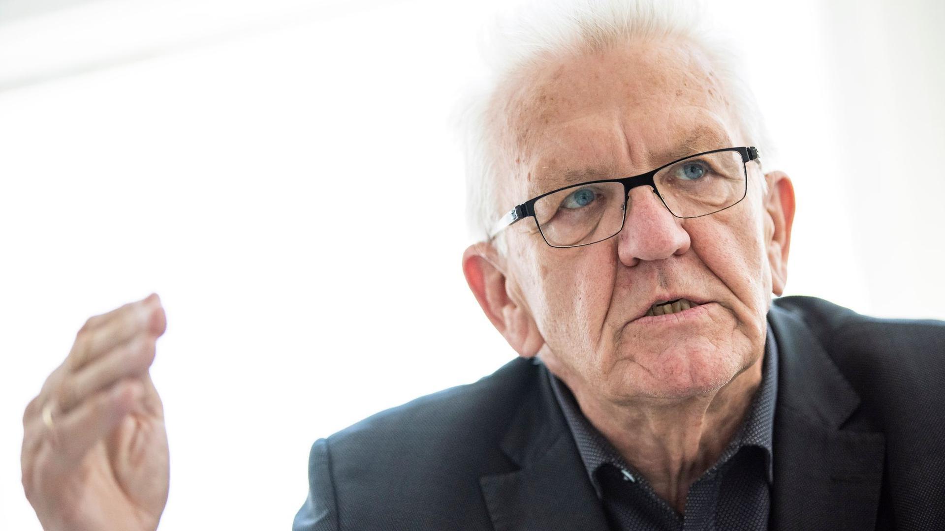 Baden-Württembergs Ministerpräsident Winfried Kretschmann (Bündnis 90/Die Grünen) gibt ein Interview.