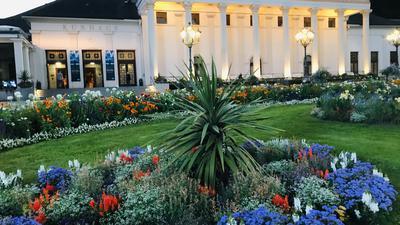 Vor dem weltberühmten Kurhaus in Baden-Baden blüht es im Kurgarten