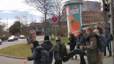 Die Szene, die für Ärger sorgt: Marco Kurz tritt einen Gegendemonstranten von hinten. Damit habe er jemanden schützen wollen, erklärt Kurz. Augenzeugen stellen den Fall anders dar.