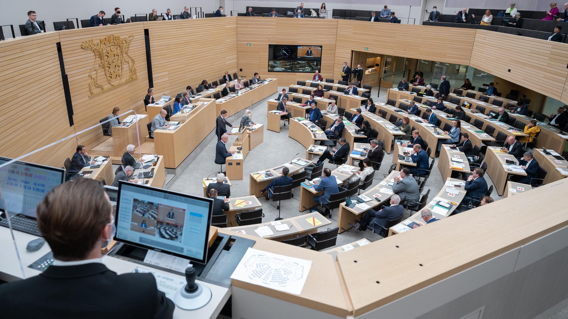 Im Plenarsaal im Landtag von Baden-Württemberg debattieren Abgeordnete. Auf einer Pressekonferenz informiert Baden-Württembergs FDP/DVP Landtagsfraktion am 08.10.2021 über die Wahlrechtsreform. +++ dpa-Bildfunk +++