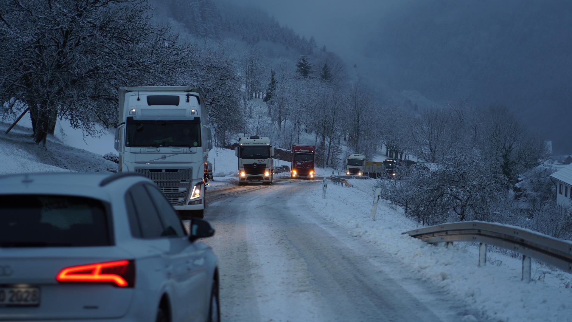 Der erste Schnee sorgte auch für viele Unfälle und Verkehrsbehinderungen.