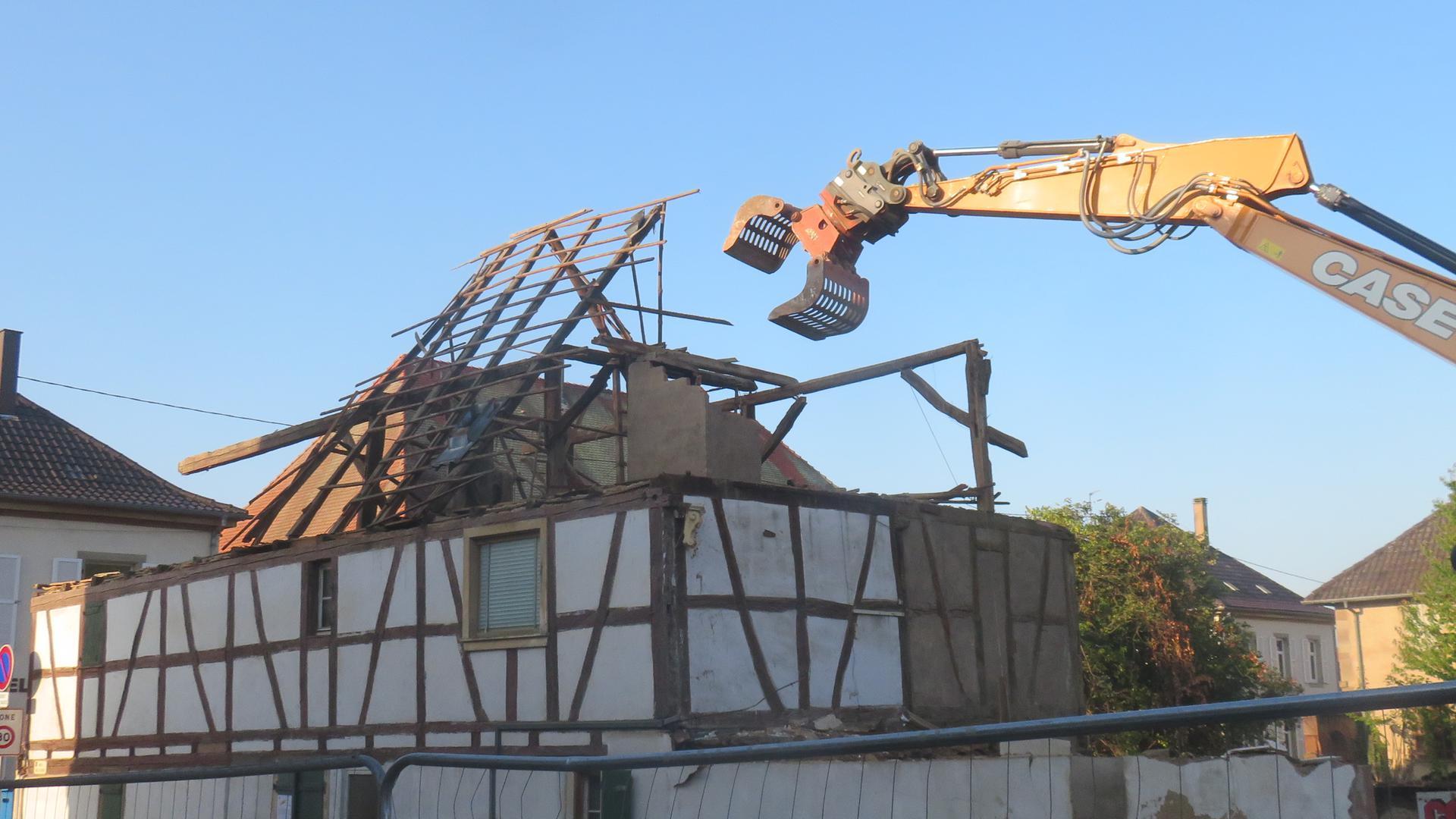 Fachwerkhaus wird von Bagger abgebaut