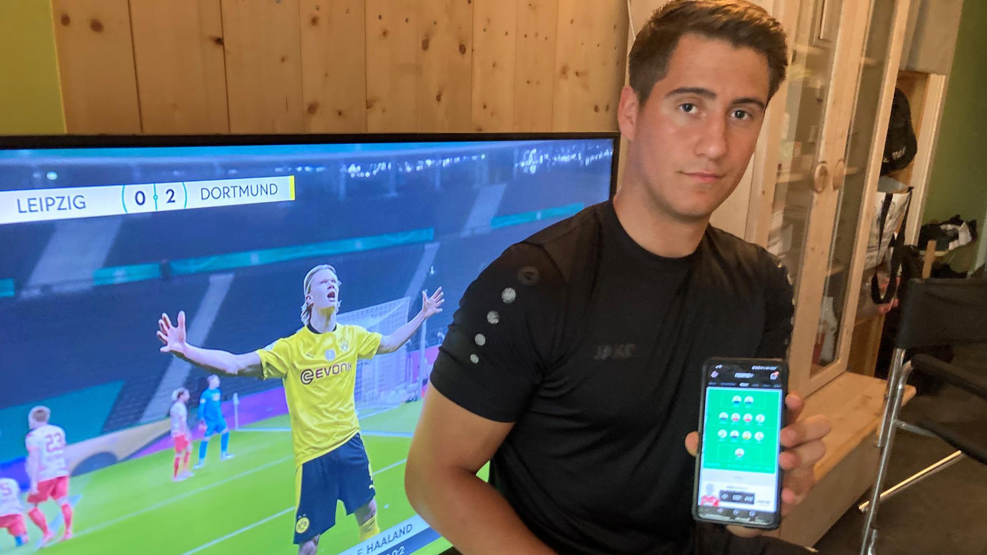 Immer informiert: Aus den Fußballspielen am Fernseher kann der Bruchsaler Matthias Sohns auch Erkenntnisse für seine Managerspiele ziehen. Eine gute Vorbereitung sei wichtig für den Erfolg, betont er.