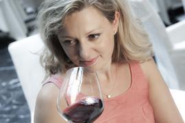 Weinsommelière Natalie Lumpp riecht an einem Rotwein.