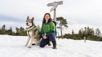 Friederike Schneider, Rangerin im Nationalpark Schwarzwald, und ihr Hund Akila