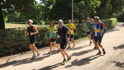 Extremläufer Norman Bücher zeigt BNN-Lesern bei einer Runde durch die Günther-Klotz-Anlage die richtige Lauftechnik.