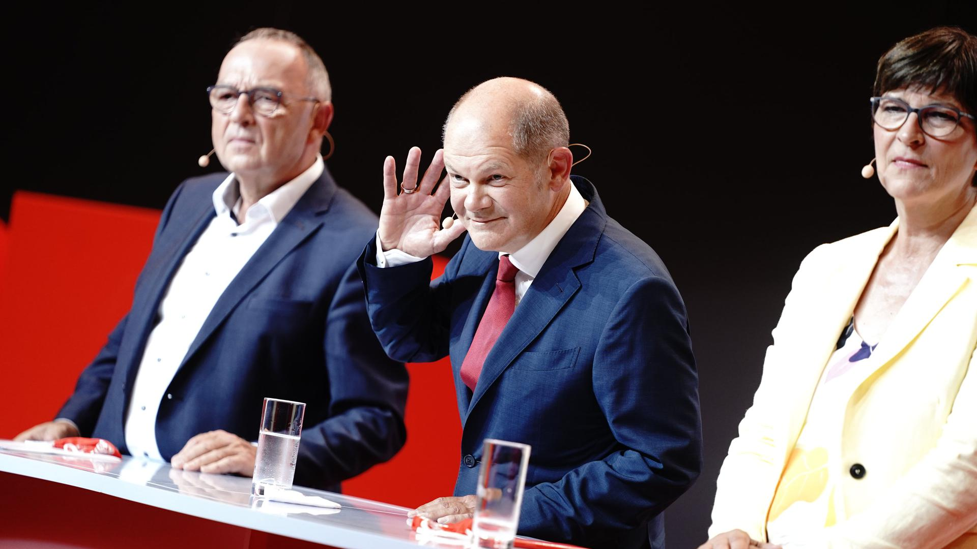 Olaf Scholz wird auf einer Pressekonferenz neben Saskia Esken und Norbert Walter-Borjans als Kanzlerkandidat seiner Partei für die Bundestagswahl 2021 vorgestellt.