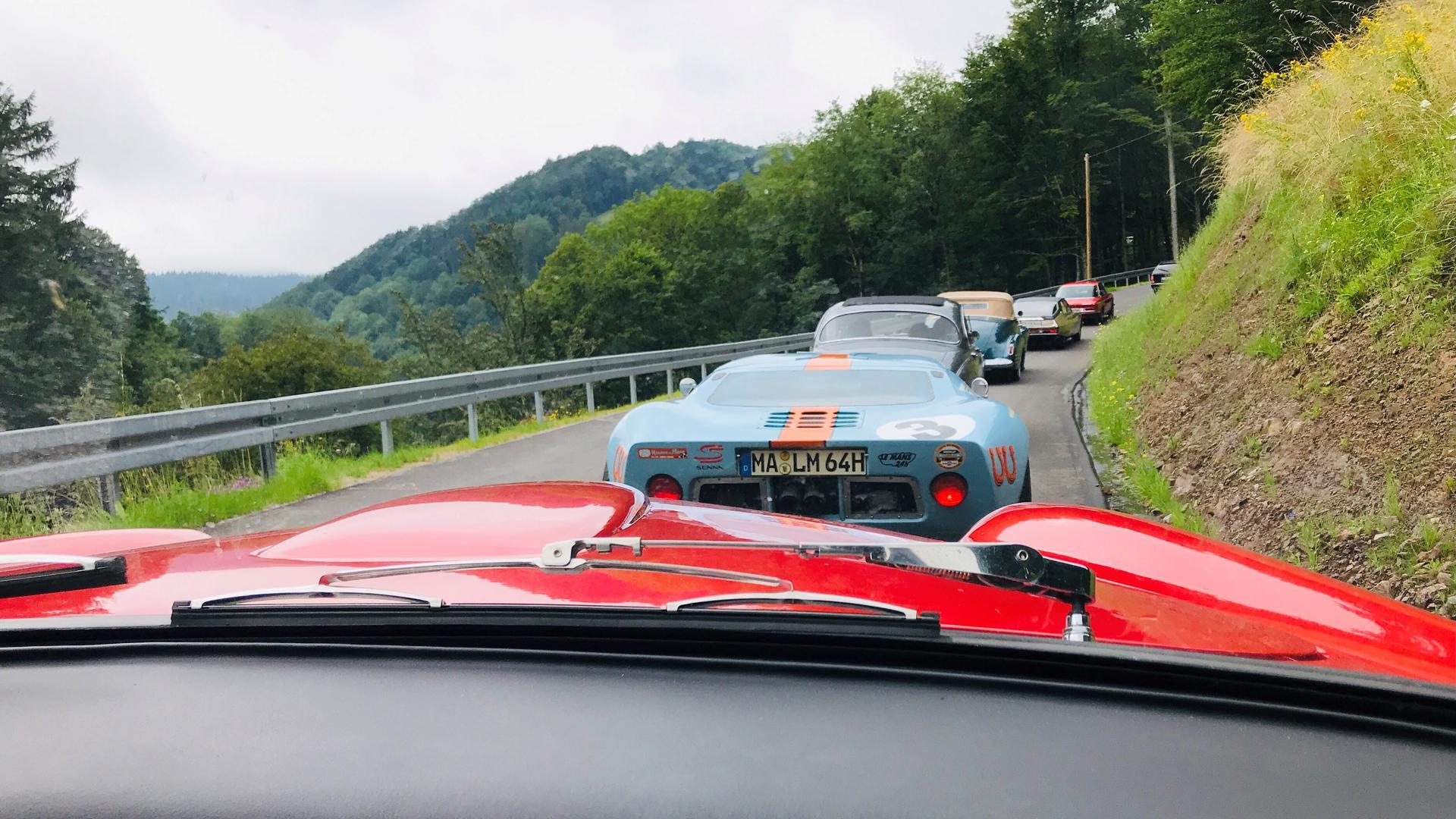 Teilnehmer des Oldtimer-Meetings in Baden-Baden rollen mit ihren betagten Fahrzeugen bei der Ausfahrt durch den Schwarzwald