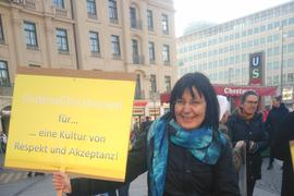 """Susanne Schneider hält ein Plakat hoch: """"OrdensChristinnen für eine Kultur von Respekt und Akzeptanz!"""""""
