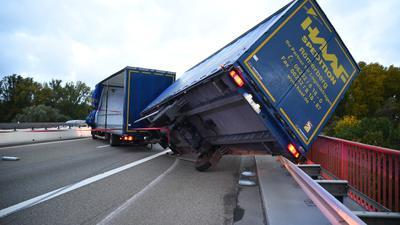 Komplett gesperrt: Keine Durchfahrt gab es auf der Rheinbrücke Speyer, nachdem der Anhänger eines Lastwagens umgekippt war.