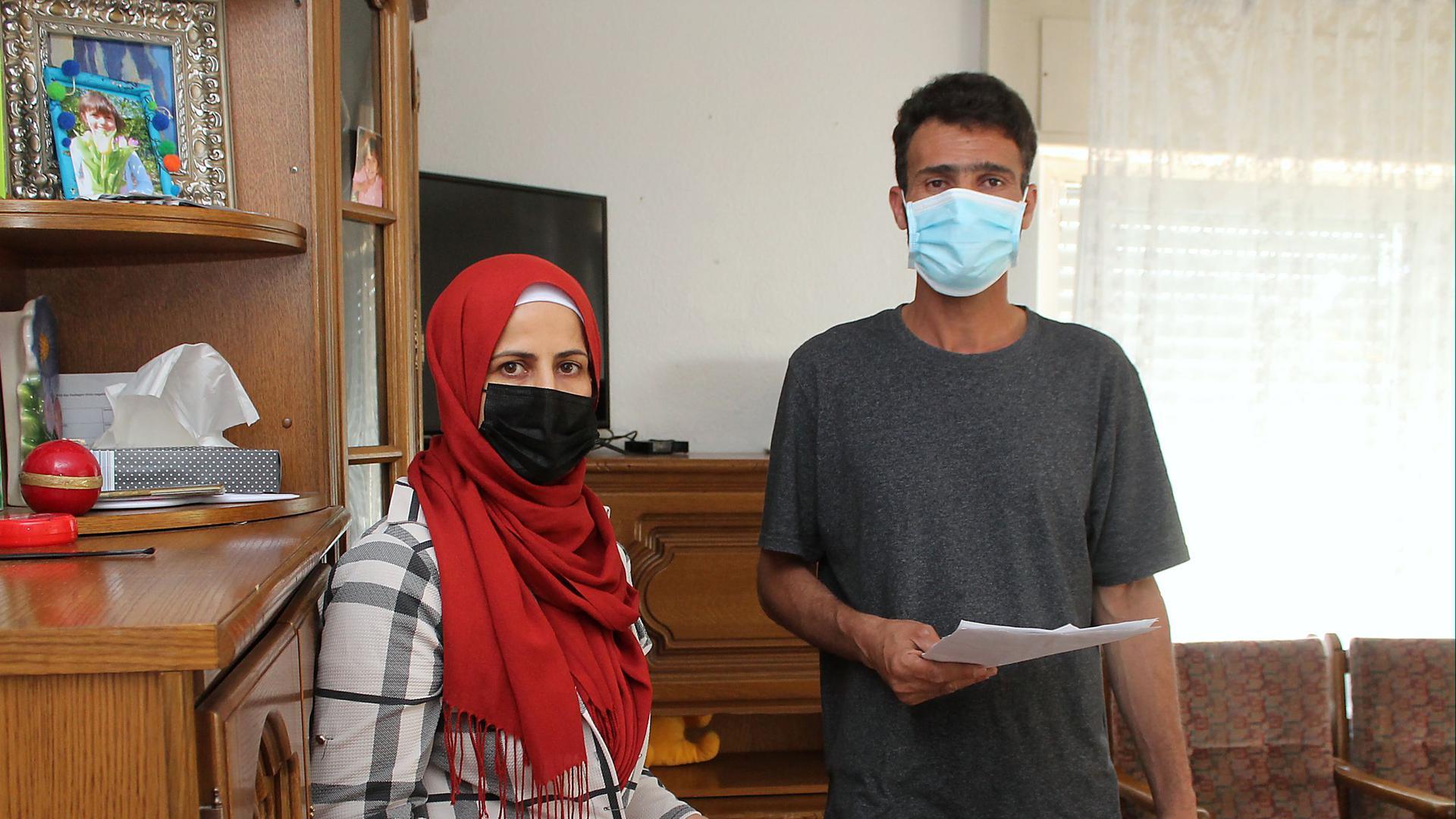 Verzweifelt: Kaum noch bezahlbar ist für ein syrisches Ehepaar die Wohnung in einer Obdachlosenunterkunft. Unlängst flatterte sogar noch eine Mieterhöhung ins Haus.
