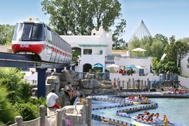 Der E.P.-Express verkehrt schon innerhalb des Europa-Parks, hier im Themenbereich Griechenland.