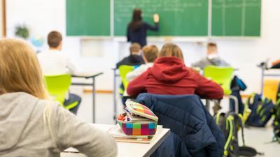 Schülerinnen und Schüler einer fünften Klasse einer Realschule sitzen während des Unterrichts in ihrem Klassenzimmer.