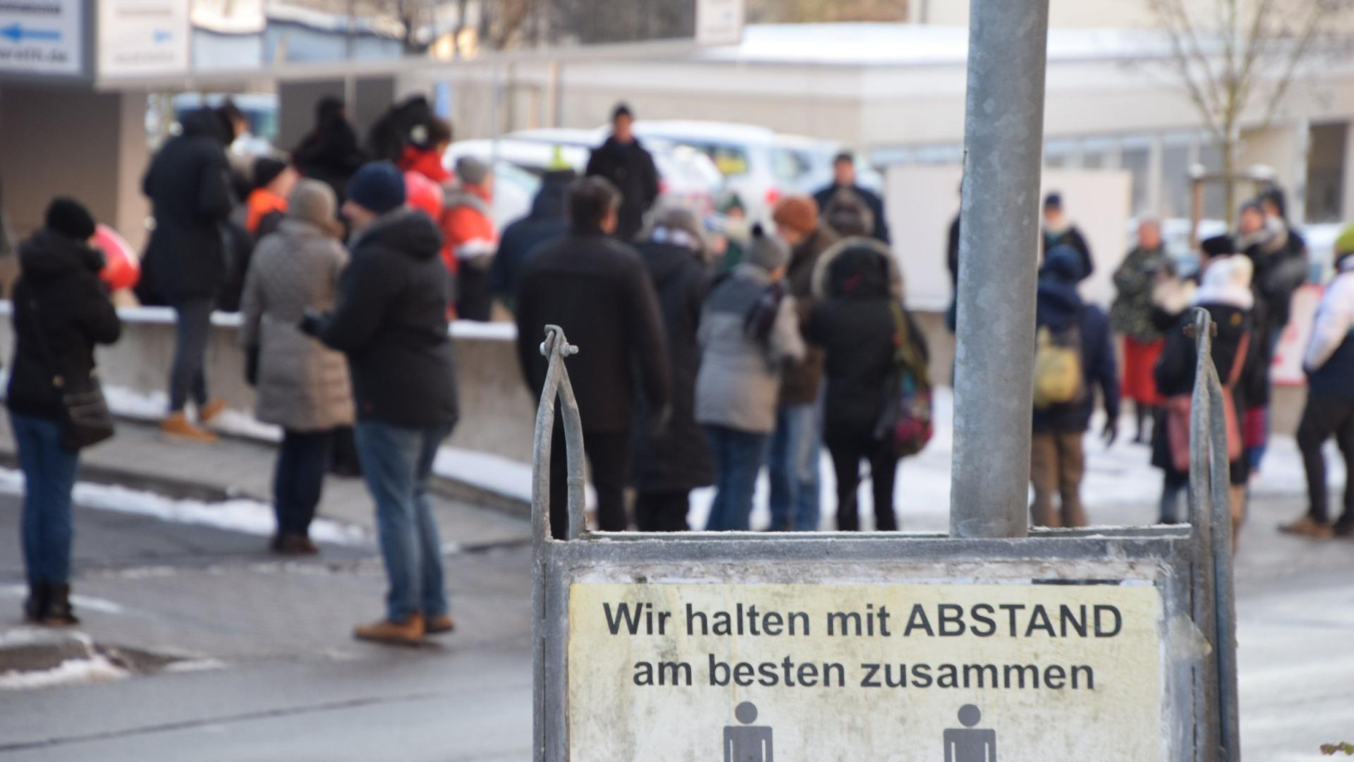 """Polizei durchsucht Arztpraxis von ,,Querdenker-Doktor"""" Bodo Schiffmann und stellt die Serverdaten sicher"""