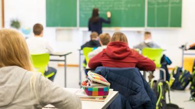 Schülerinnen und Schüler einer fünften Klasse einer Realschule sitzen während des Unterrichts in ihrem Klassenzimmer. (zu dpa «Landesamt erwartet deutlich steigende Corona-Fallzahlen bei Schülern») +++ dpa-Bildfunk +++