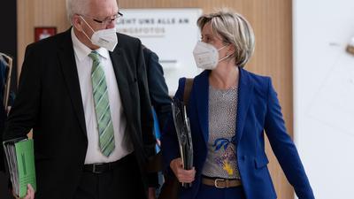 Winfried Kretschmann (Bündnis 90/Die Grünen), Ministerpräsident von Baden-Württemberg, geht zusammen mit Nicole Hoffmeister-Kraut (CDU), Wirtschaftsministerin von Baden-Württemberg, im Landtag zu einer Regierungs-Pressekonferenz. +++ dpa-Bildfunk +++