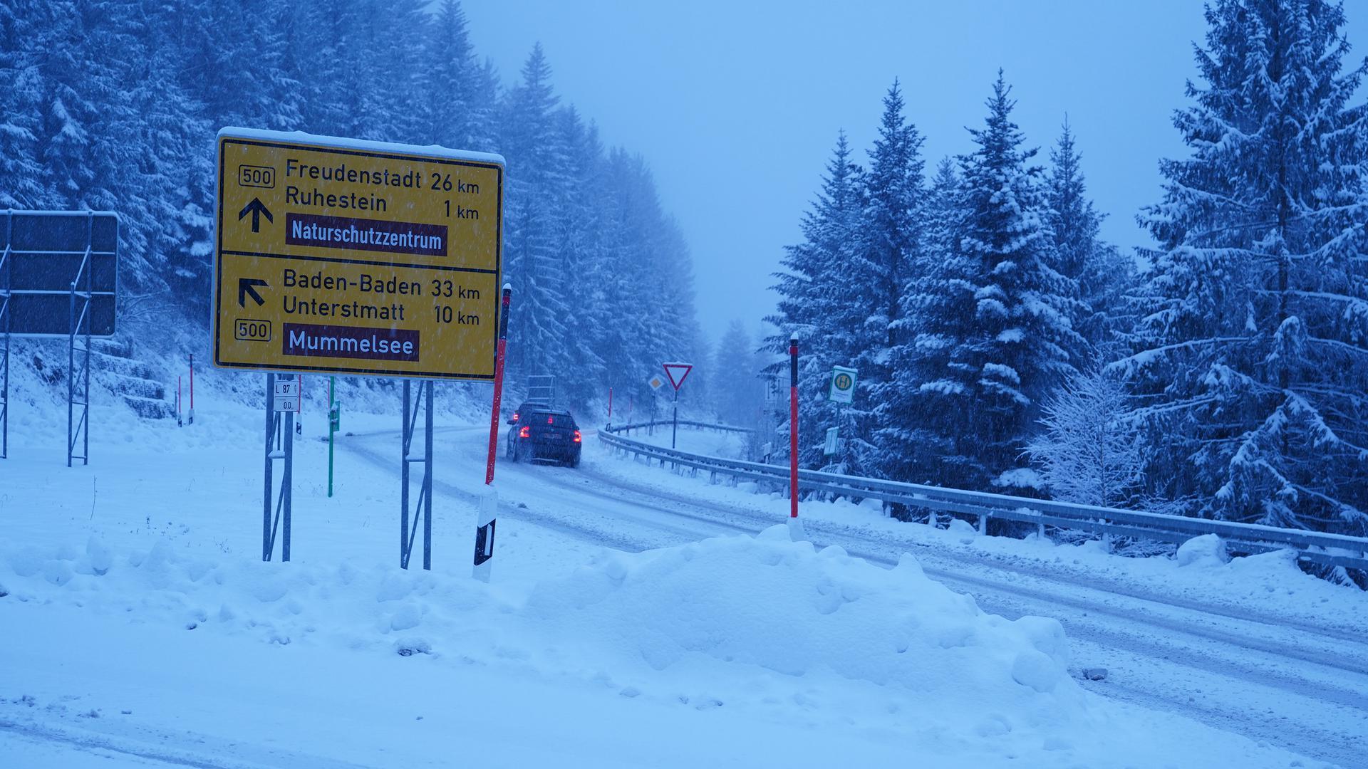 Nahe des Mummelsees hat die weiße Pracht die Schwarzwaldhochstraße in ein Winter-Wonderland verwandelt.