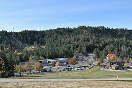 Landschaftsbezogen: Das neue Nationalparkzentrum am Ruhestein  fügt sich in den Schwarzwald. Im Hintergrund ist die Sprungschanze zu sehen.