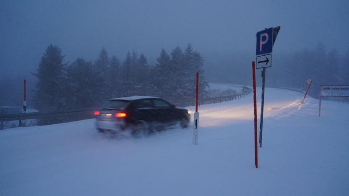 Autofahrer hatten nicht nur mit dem Schnee zu kämpfen...