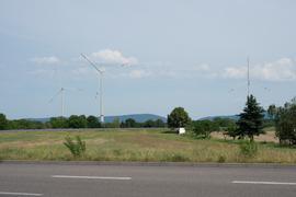 Weiße Riesen auf freiem Feld: So könnten die Windräder auf Rheinstettener Gemarkung aussehen. Im Bürgerentscheid hat sich eine deutliche Mehrheit für die Verpachtung von Flächen für Windenergie ausgesprochen.