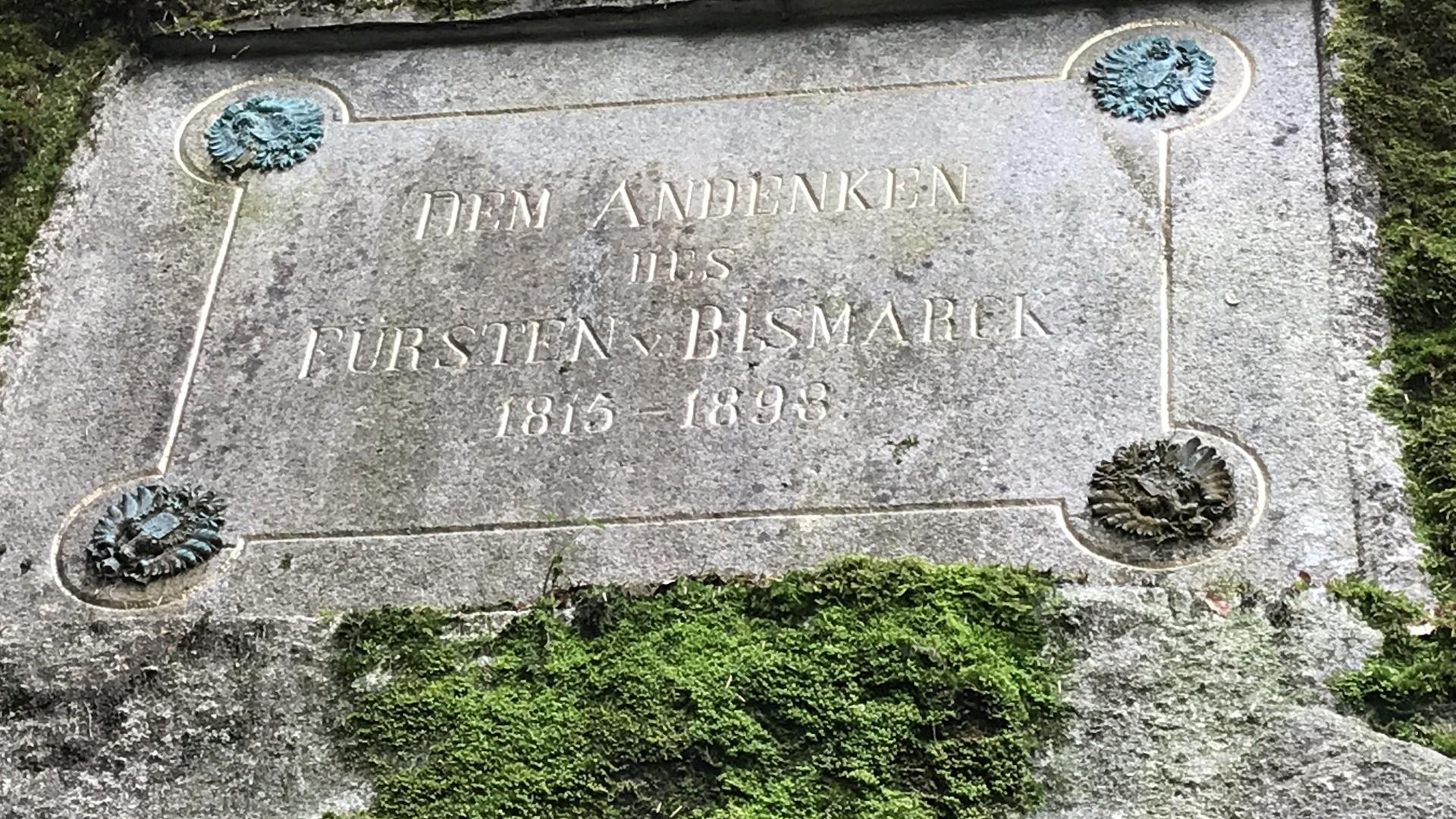 Gedenktafel an einem bemoosten Felsen. Inschrift: Dem Andenken des Fürsten v. Bismarck 1815 - 1898.