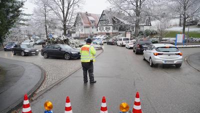 """""""Bitte umkehren"""": Wie hier in Sasbachwalden sperrte die Polizei am Wochenende Zufahrtsstraßen zum Höhengebiet. Dort waren schon früh am Sonntag alle Parkplätze besetzt."""