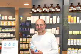 Apotheker Joachim Fantoli von der Stein-Apotheke im Ortenaukreis erklärt, wie sensibel der Biontech-Impfstoff ist.