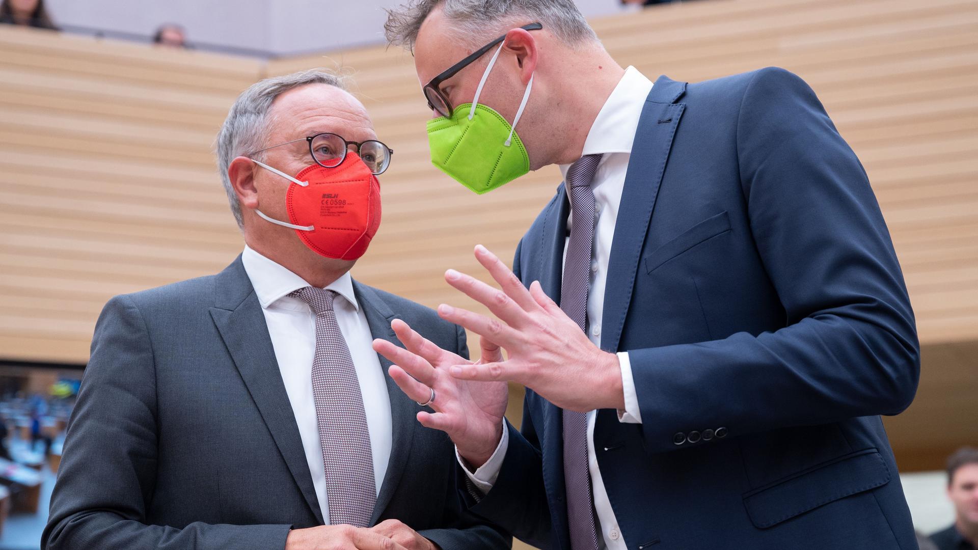Andreas Stoch (l), SPD-Fraktionsvorsitzender im Landtag von Baden-Württemberg und Andreas Schwarz (r), Fraktionsvorsitzender von Bündnis 90/Die Grünen im Landtag von Baden-Württemberg unterhalten sich im Plenarsaal vor einer Landtagssitzung mit aktueller Debatte zur Bundestagswahl. +++ dpa-Bildfunk +++