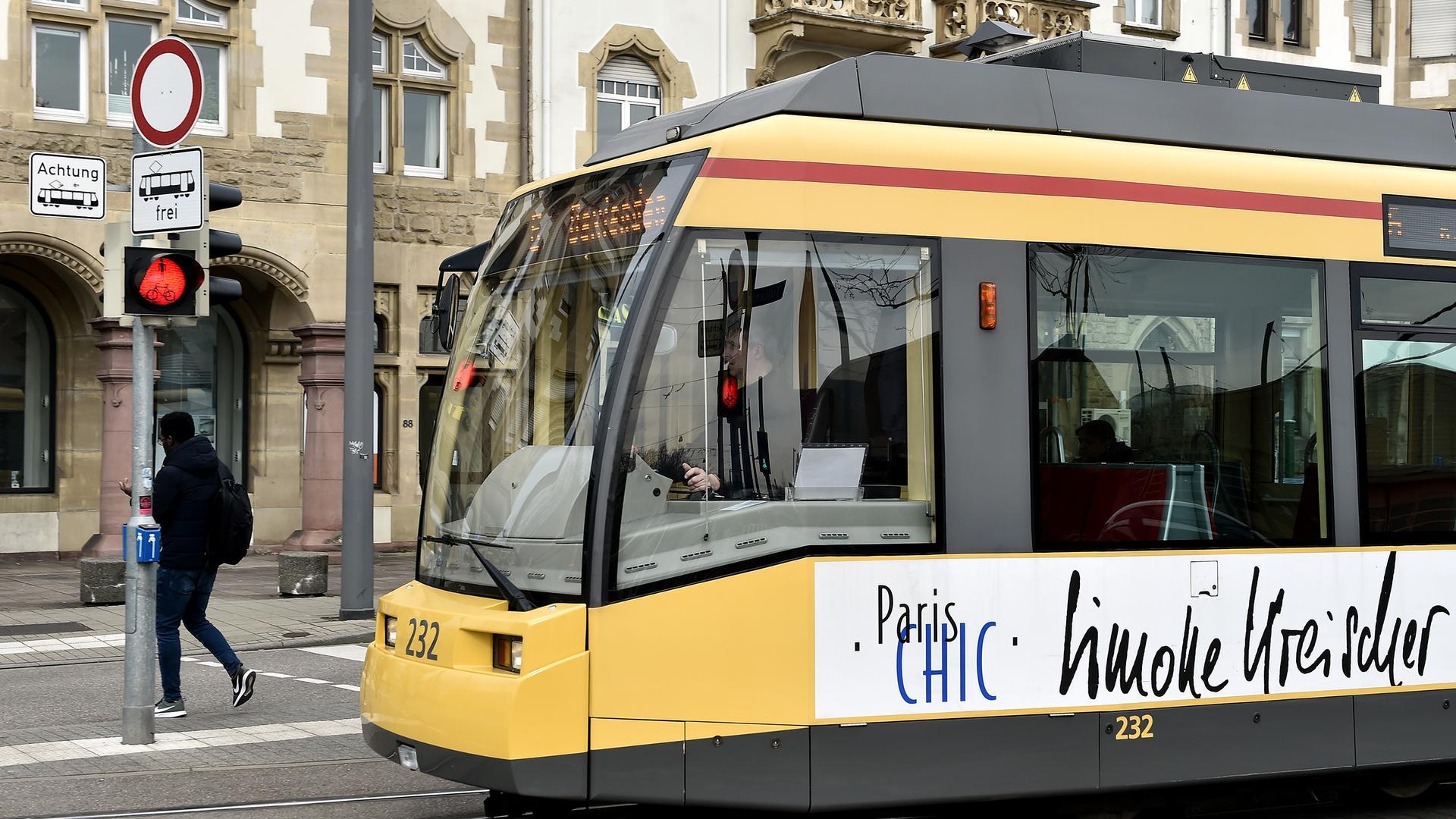 Eine Straßenbahn fährt durch die Stadt. (Symbolbild)
