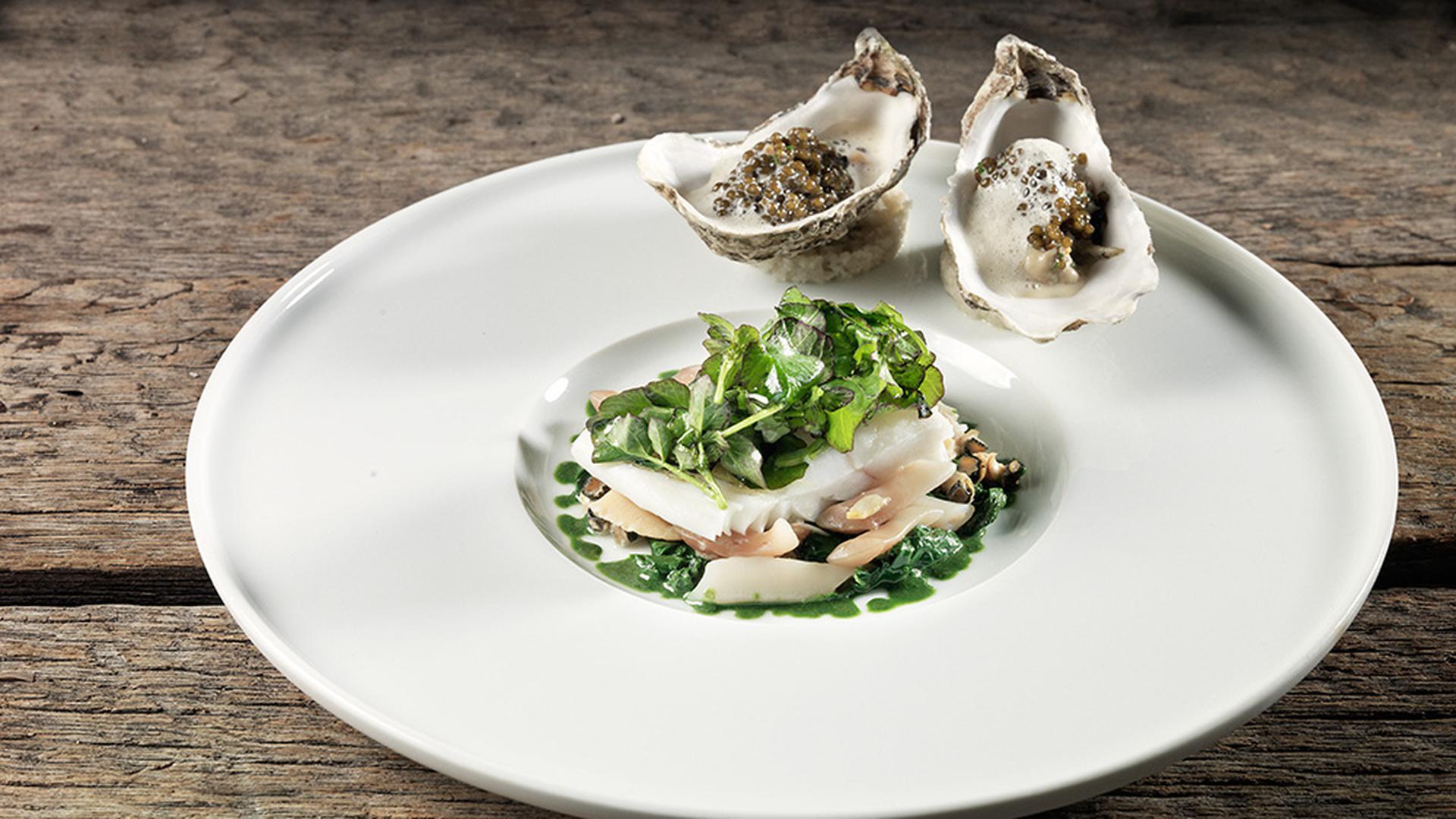 """Absolute Geschmackssache: Neben objektiven Kriteren lassen die Restauranttester des """"Gault&Millau"""" auch ihre subjektive Meinung einfließen. Hier zu sehen: Steinbutt im Algensalzteig mit Kaviarsauce."""