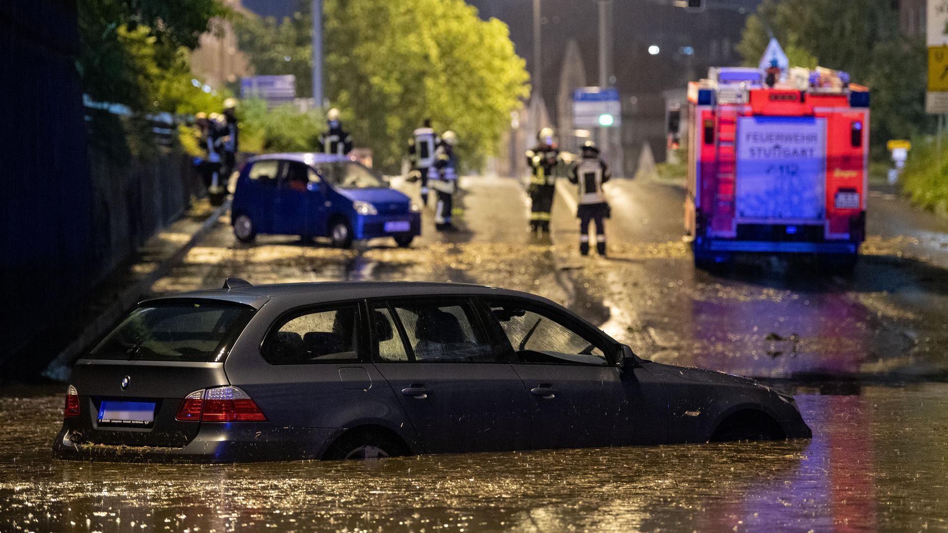 Ein Auto steht in der überfluteten Autounterführung am Österreichischen Platz in Stuttgart.