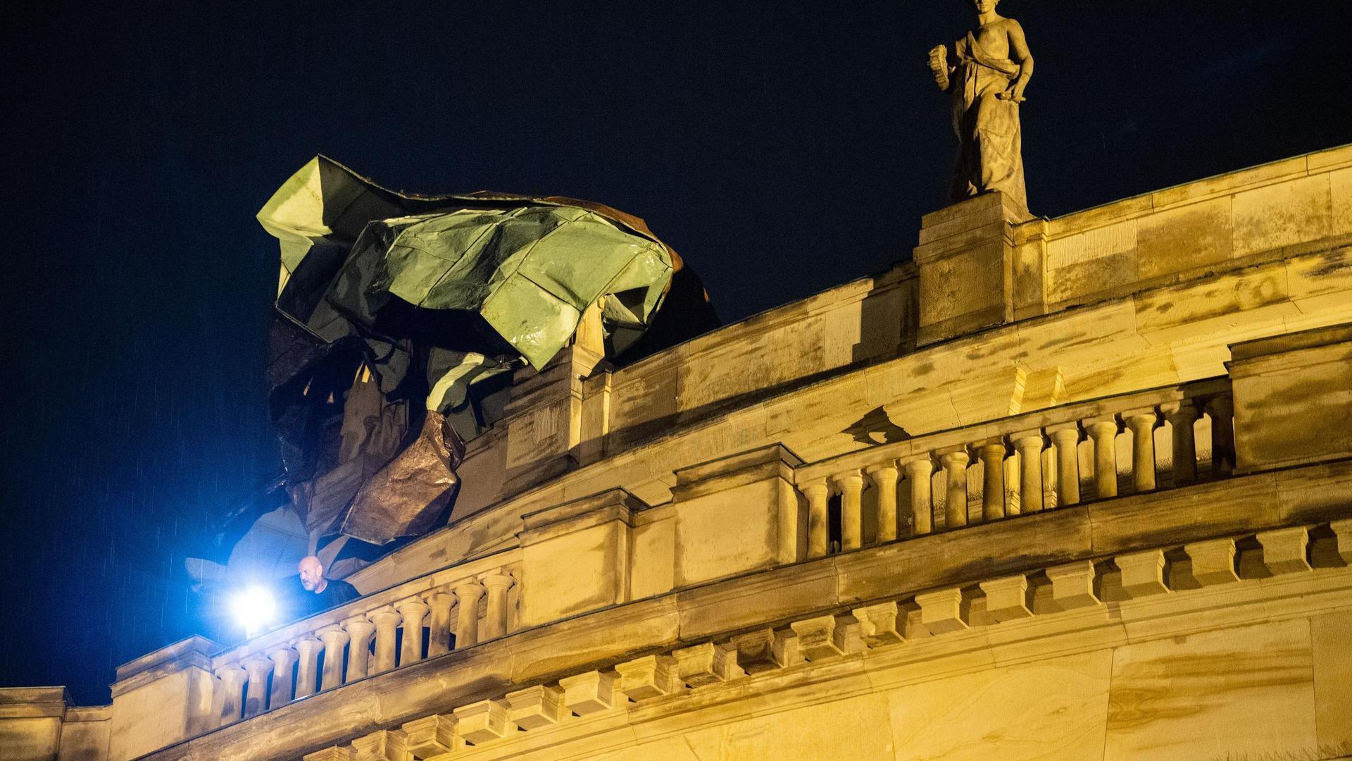 Ein umgestürzter Baum liegt im oberen Schlossgraten vor dem Opernhaus in Stuttgart.