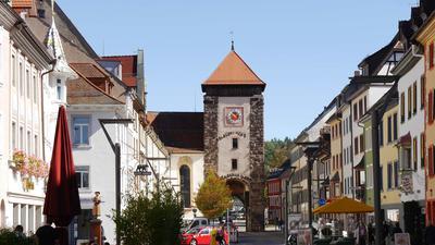 Stadttor der mittelalterlichen Befestigung: Das Bickentor unterscheidet sich durch das  rote Ziffernblatt von den beiden anderen Stadttoren.