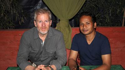 Walter Vugrin (links) aus Gernsbach hat seine Erlebnisse aus Nepal nun in einem Buch aufgeschrieben.