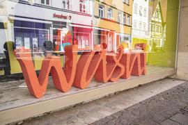 Das Wasni-Logo steht im Schaufenster eines Ladens.