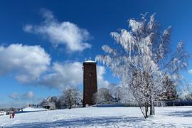 Ganz in Weiß: Der Wasserturm in Dobel.